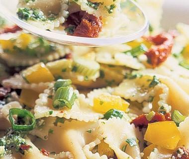 Pastasalade met rucola-notenpesto