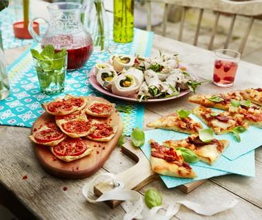 Plaatpizza met mozzarella, gerookte kip en zongedroogde tomaat