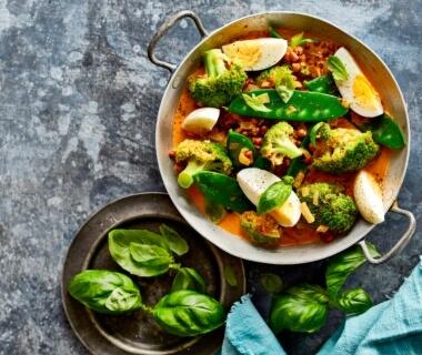 Broccolicurry met linzen en ei