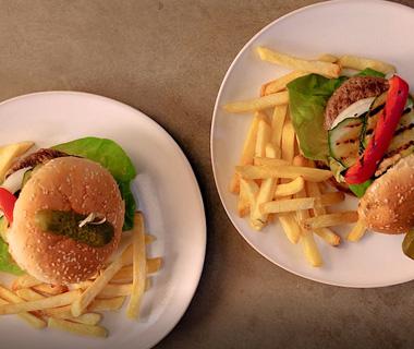 Hamburgers met gegrilde groenten en friet