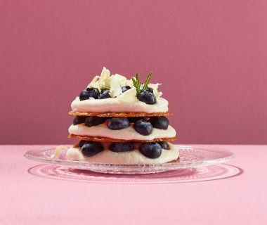 Kletskoppen met chocoladeroom, blauwe bessen en rozemarijn