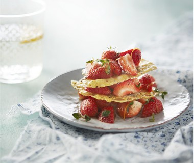 Cracker van oude kaas met gemarineerde aardbeien