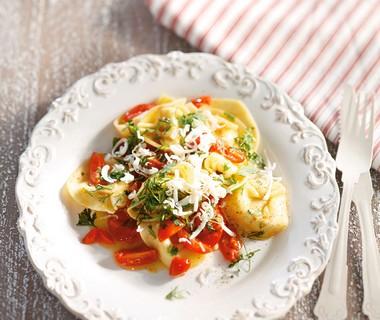 Kaastortellini met kerstomaatjes, olijfolie en verse kruiden