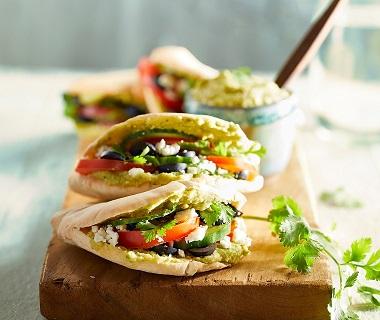 Pita met korianderhummus, feta en olijven