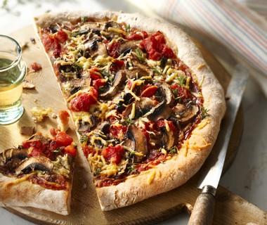 Pizza met paddenstoelen en kaas