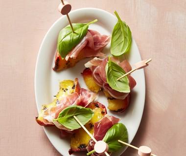 Nectarine met rauwe ham en basilicum
