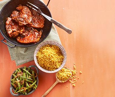 Ketjapkarbonades met nasi en sambalboontjes