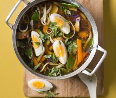 Noedelsoep met kip en peultjes