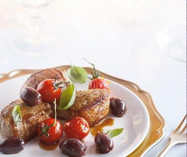 Varkenshaas met geroosterde kerstomaat en olijven