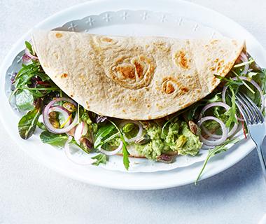 Pita met slablaadjes, feta en waterkershummus