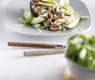 Gebakken rijst met avocado en paddenstoelen