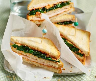 Clubsandwich met gewokte spinazie en kip