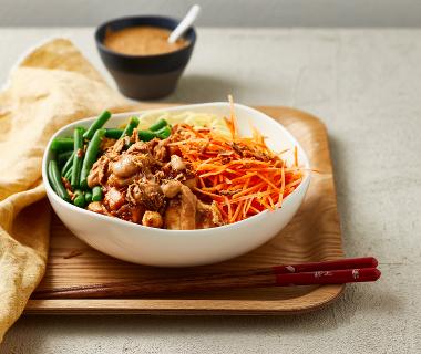 Noedel-bowl met kip en romige pindadressing
