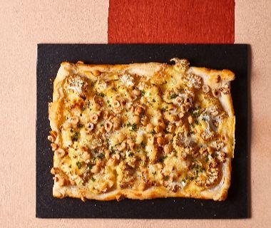 Plaattaart met geroosterde bloemkool, hazelnoten en blauwe kaas