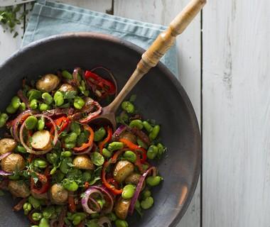 Spaanse wokschotel met tuinbonen