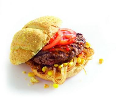 Hamburgers met gebakken ui en maïs