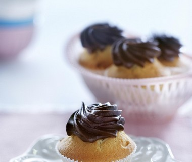 Muffins met een topping van chocoladeroom
