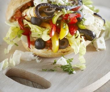 Vegetarische bollen met aubergine, olijven en feta