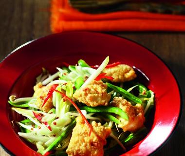 Oosterse salade met pikant gemarineerde vis