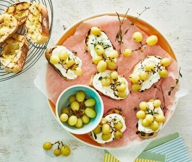Crostini met fetaspread en geroosterde druiven