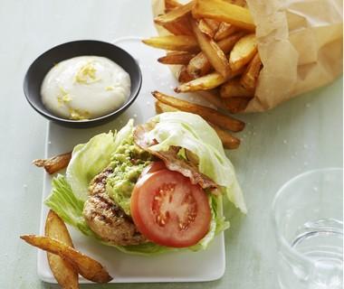 Kipburger met spek en guacamole