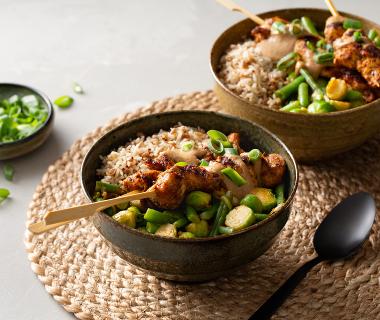 Rijstbowl met groenten in boemboe en kipsaté