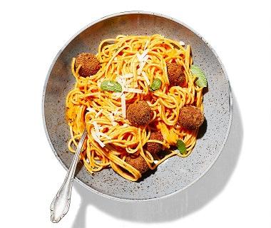 Spaghetti met aubergineballetjes en paprika-muntsaus