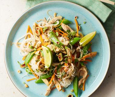 Pulled chicken-salade met korianderdressing