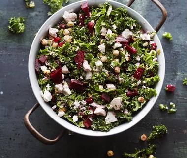 Winterse boerenkoolsalade met bietjes en hazelnoten