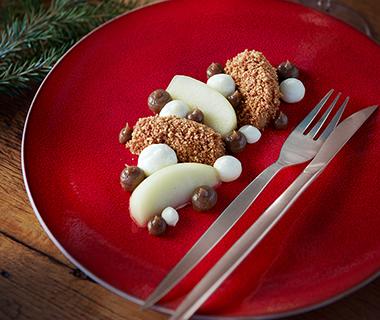 Gepocheerde appel met chocolademousse, toffeesaus en hazelnoot