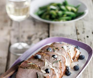 Beenham met rozemarijnsaus en blauwe bessen
