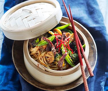 Bami met oosterse groenten en bieflapjes