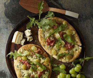 Platbrood met blauwe kaas, rauwe ham en druiven