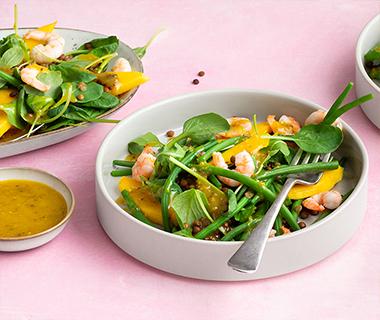 Tropische salade met garnalen en een sinaasappel-rozemarijn dressing