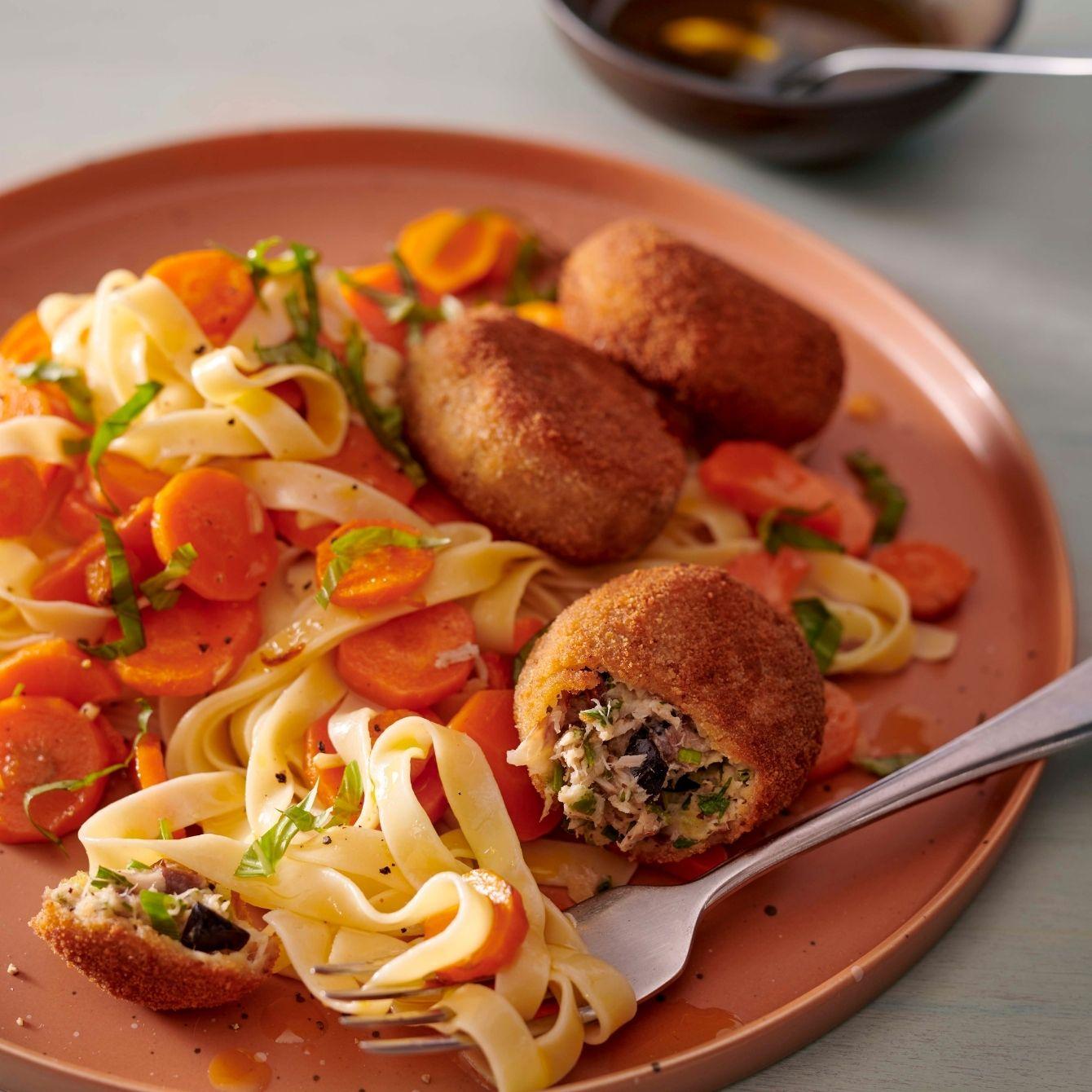Pasta met in olijfolie gesmoorde wortel en makreelkoekjes