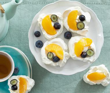Mini pavlova's met perzik en bessen