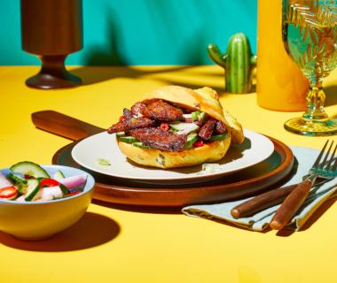 Kerriebroodjes met sweet bacon en komkommerrelish