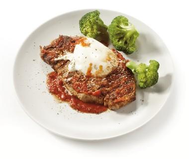 Italiaanse karbonade met tomatensaus en broccoli