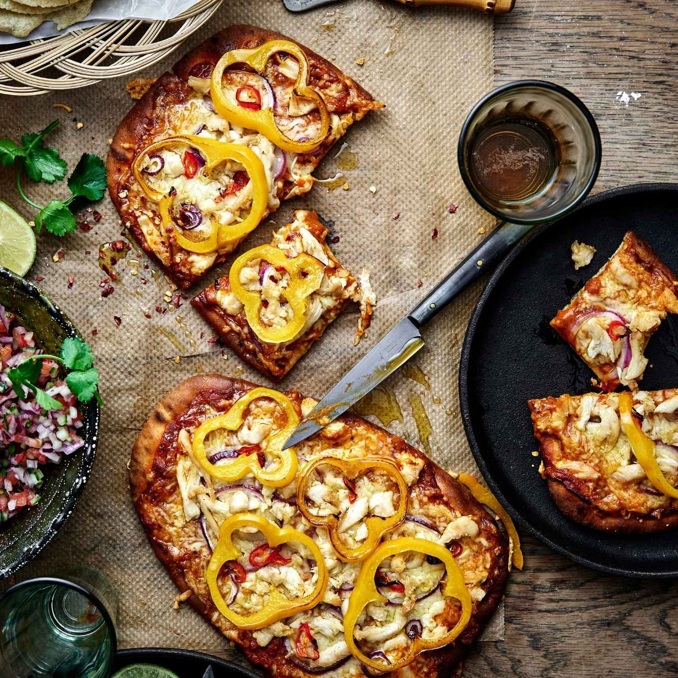 Naanpizza met tikka masala en paprika