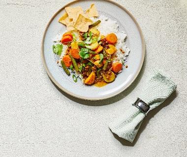 Gele curry met zoete aardappel, pastinaak en linzen