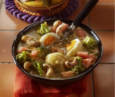 Eiercurry met broccoli en noten