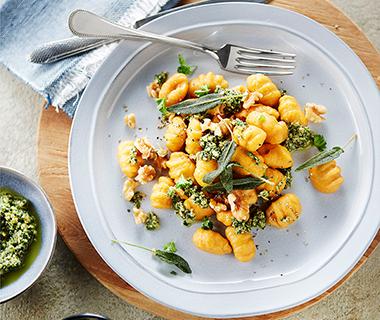 Gnocchi van zoete aardappel met salie-walnotenpesto