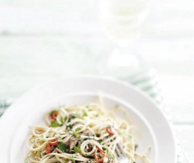 Spaghetti met olijfolie, sardines en kappertjes