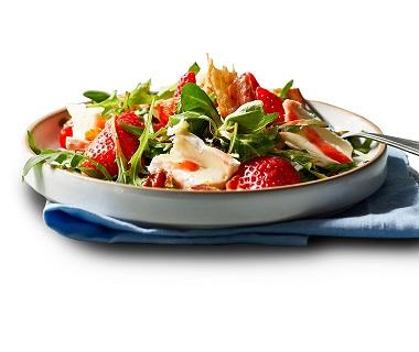 Salade met aardbeien, parmaham en brie