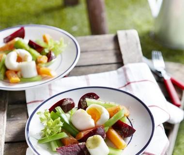 Knapperige groenten met mosterd-dressing en zachtgekookt eitje