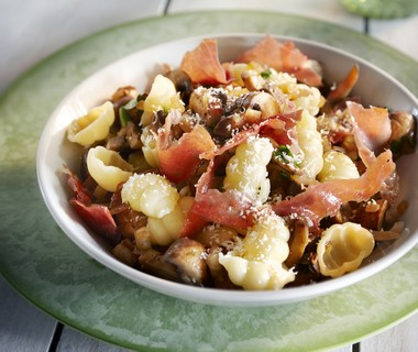 Macaroni met parmaham en champignons