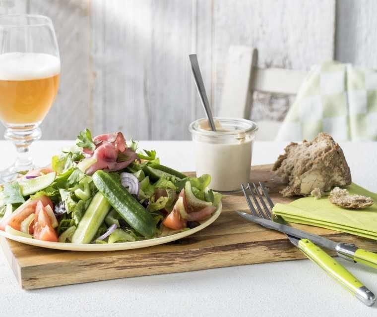 Salade met rosbief en blauwe kaasdressing