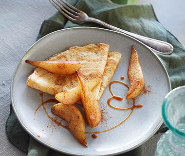 Crêpes met gebakken peertjes en karamelsaus