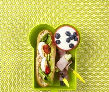 Stokje gezond (met komkommer-hamstaafjes en fruitkwark)