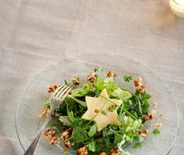 Groene salade met kaassterren en honing-notencrunch